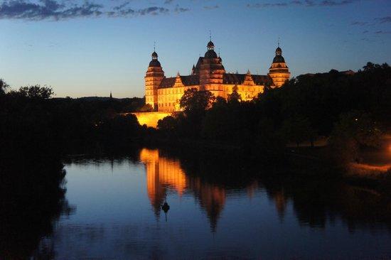 Schloss Johannisburg mit Schlossanlagen: At night