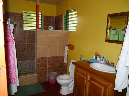 Little Bay Cabins: Bathroom room 6