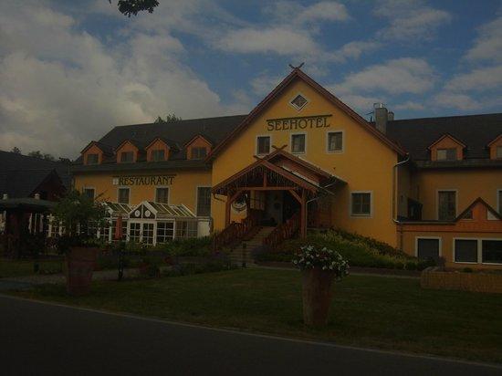 """Seehotel & Wellnessdorf Arche Noah: Seehotel """"Arche Noah"""" von vorne"""