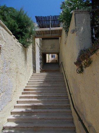 Grand Hotel San Pietro : La scalinata di accesso alla spiaggia