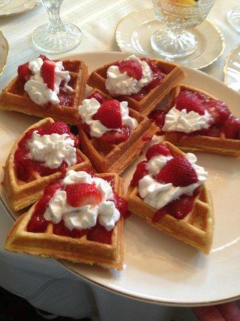 Muscatine, IA: belgian waffles for breakfast