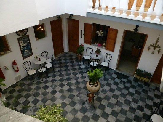 Nikos Vergos: Innenhof mit Blick Teeküche / Rezeption
