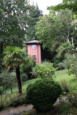 Centro Arnaldi Uscio : la torre orologio nel parco