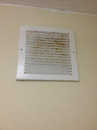 Quality Inn Midtown: Air Vent in Bathroom