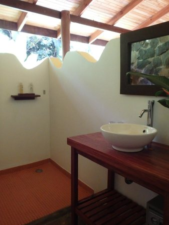 El Remanso Lodge: bathroom is open to outdoors but still feels private - classy