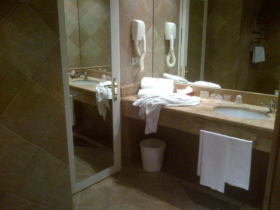 BEST WESTERN Park Hotel: Picture of Bathroom, family room