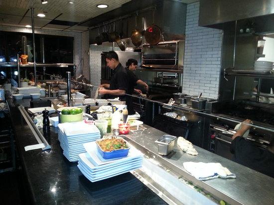The Misfit Restaurant & Bar: cocina a la vista en el 2 piso