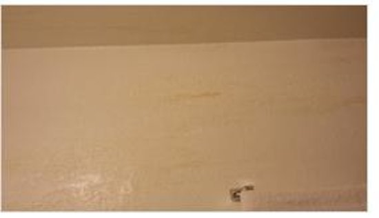 Anaheim Executive Inn & Suites: yellow streeks down all the walls in the bathroom - filthy