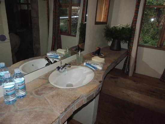 Mount Gahinga Lodge: the new bathroom