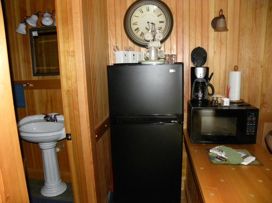Whistling Winds Motel: Fridge and microwave