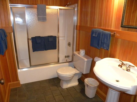 Whistling Winds Motel: Large, clean bathroom