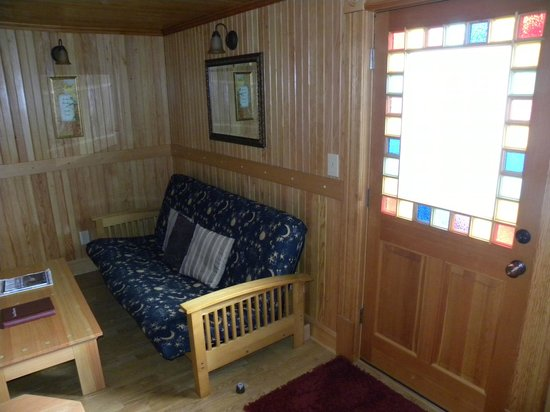 Whistling Winds Motel: Pretty windows throughout the room
