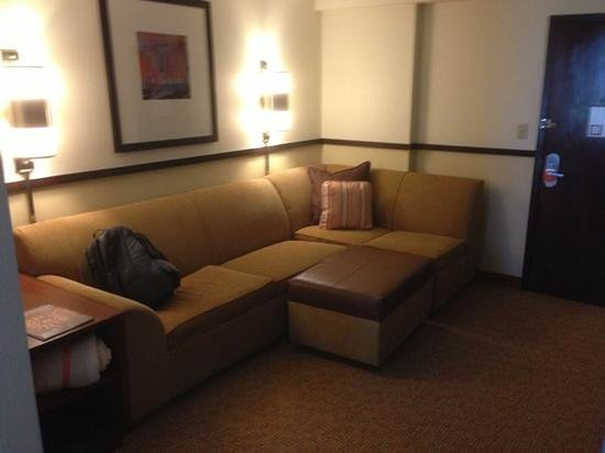 Hyatt Place Tampa Airport/Westshore: fold out couch, ottoman, sectional