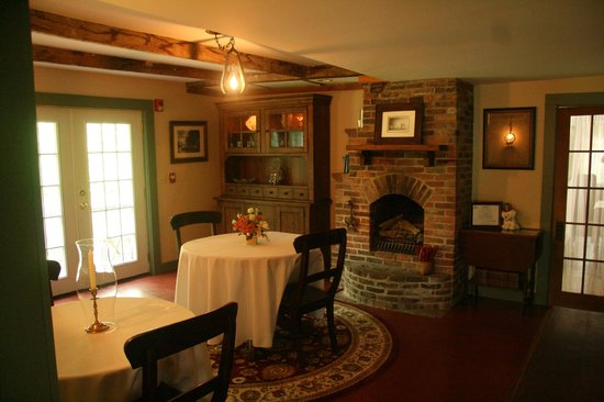 1810 House Bed & Breakfast: Dining room- four tables including a larger family table