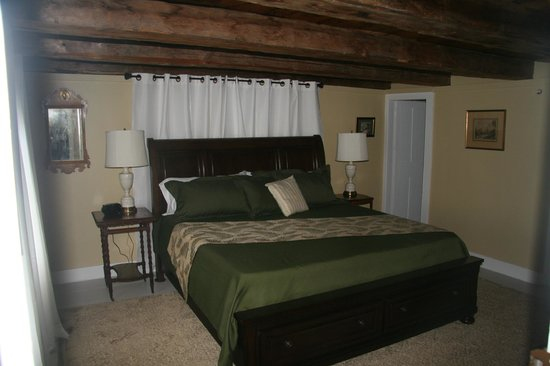 1810 House Bed & Breakfast: Crescent Lake room