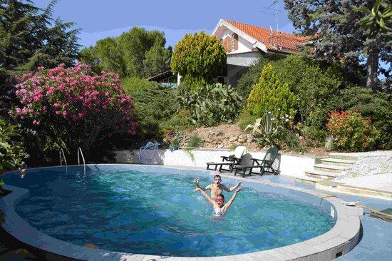 B&B Tra I Frutti: Poolbereich mit Garten
