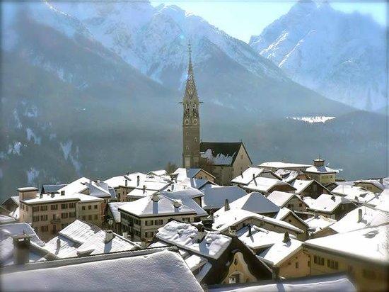 Die Bergperle: Sent mit Kirche