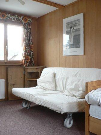 Die Bergperle: Das zusätzliche Sofa im Turmzimmer
