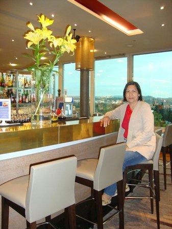 Hilton Zurich Airport: Minha mãe no bar do hotrl e ao fundo a linda paisagem.
