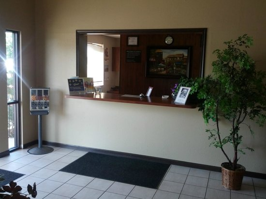 Super 8 Colorado Springs Airport: Front desk