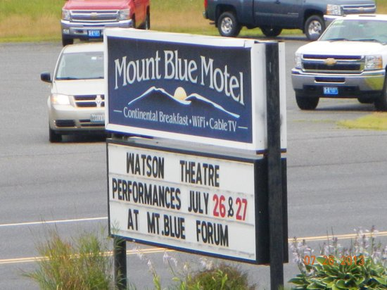 Mount Blue Motel: road signage