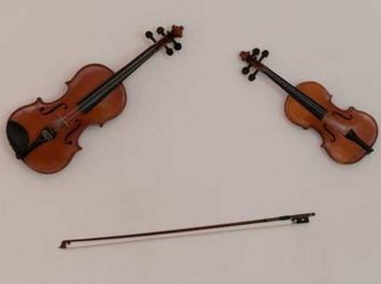 Tatiana Bed and Breakfast: Violens in the Old Fashion style