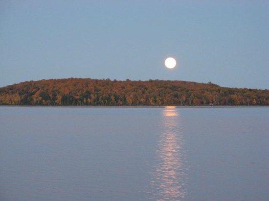 Sunrise Lodge: Moonrise over the lake