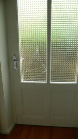 vitre cass e de la porte fen tre donnant sur cour photo de inter hotel figeac figeac. Black Bedroom Furniture Sets. Home Design Ideas