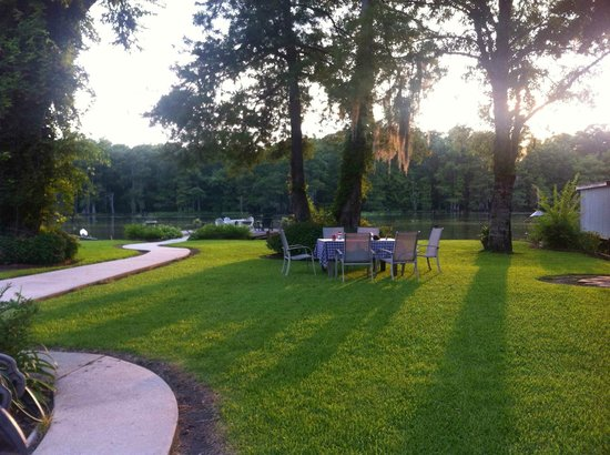 LaBelle Riviere Bed and Breakfast: the afternoon sun on the garden