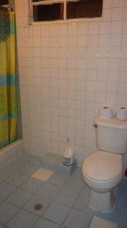 Iguana Hostel: Salle de bain partagée entre deux chambres privées