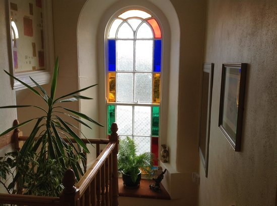 Mounts Bay Guest House : Beautiful window at the top of the stairs