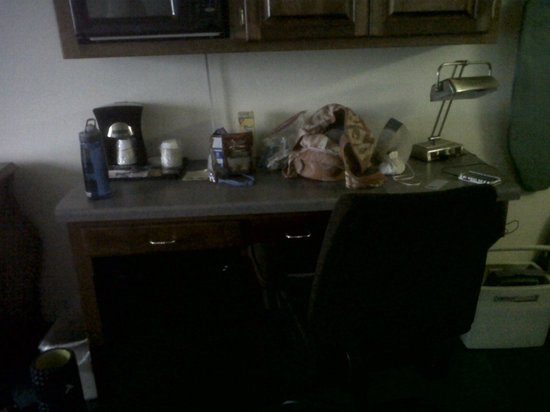 Hotel J Green Bay: Desk and fridge