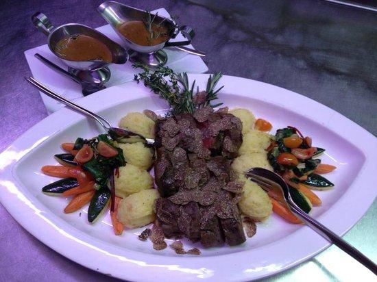 Rossini: Angus-Rinderfilet, frischer Blattspinat, Frühlingsmöhrchen, Kartoffelpuree, überhobelt mit fris