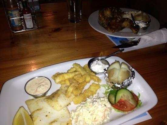 Lighthouse Tavern: Calamari duo.