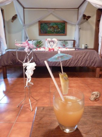Mariposa Jungle Lodge: welcome cocktails in the honeymoon room