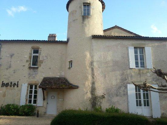 Maison Les Remparts : Bâtisse et entrée de l'hôtel