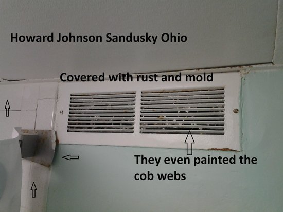 Howard Johnson Inn - Sandusky Park N. Entrance: Suite bathroom vent