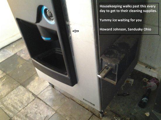 Howard Johnson Inn - Sandusky Park N. Entrance: Vending Ice Machine