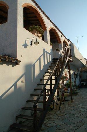 Casa Su Pasiu: scaletta che accede alle camere superiori