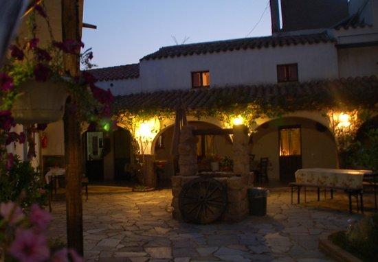 Casa Su Pasiu: patio in notturna