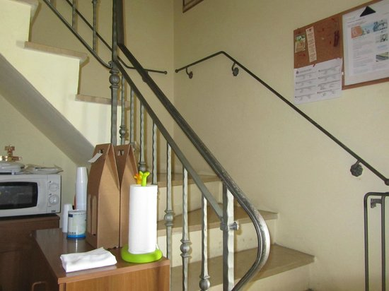 Holiday House Ospedale Bed and Breakfast: Staircase leading upstairs from kitchen