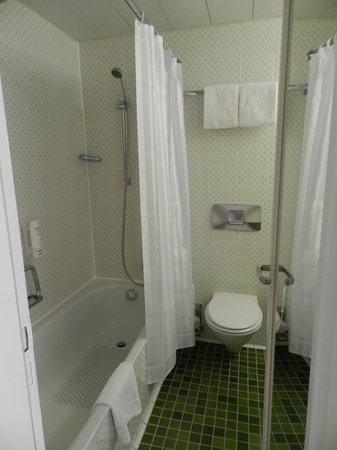 Leonardo Hotel Karlsruhe: bath and toilet