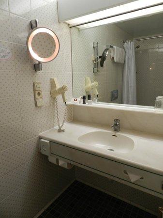 Leonardo Hotel Karlsruhe: vanity area