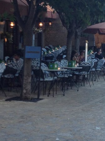 Cappuccino Valldemossa: Height of season, 8.30pm and plenty of availability. High prices + grumpy waitresses = few custo