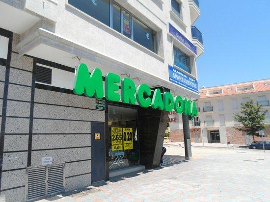 Apartamentos NuriaSol: Supermarket