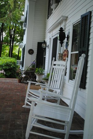 The Inn at Stockbridge: Front porch