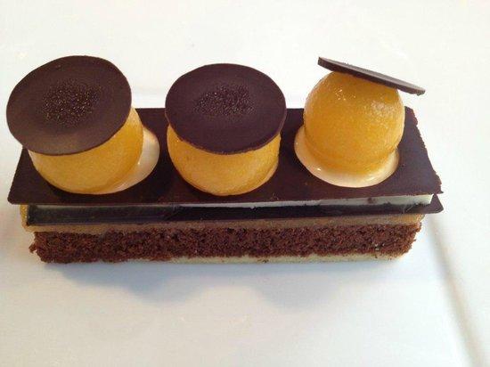Table des Jardins : biscuit Sacher (chocolat et amande), gelée et sorbet d'abricot, mousse de vanille