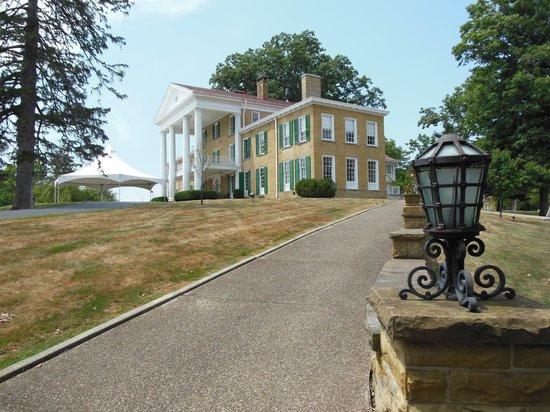 Bryn Du Mansion: entrance