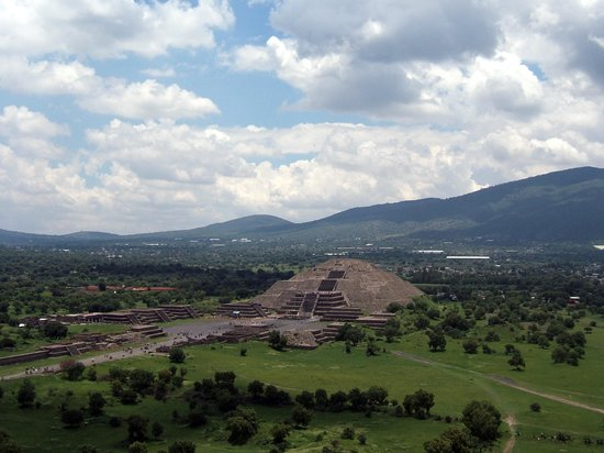 Zona Arqueologica Teotihuacan: The Moon doesn't look so big from up here!