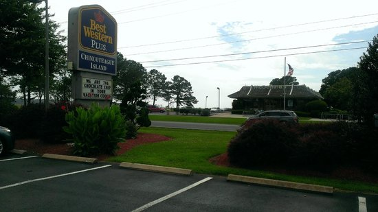 BEST WESTERN Chincoteague Island: Loved the sign out front !